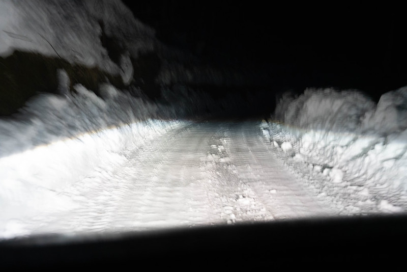 中の湯温泉旅館の雪道