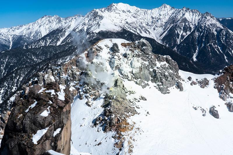 焼岳の南峰から北峰を見る