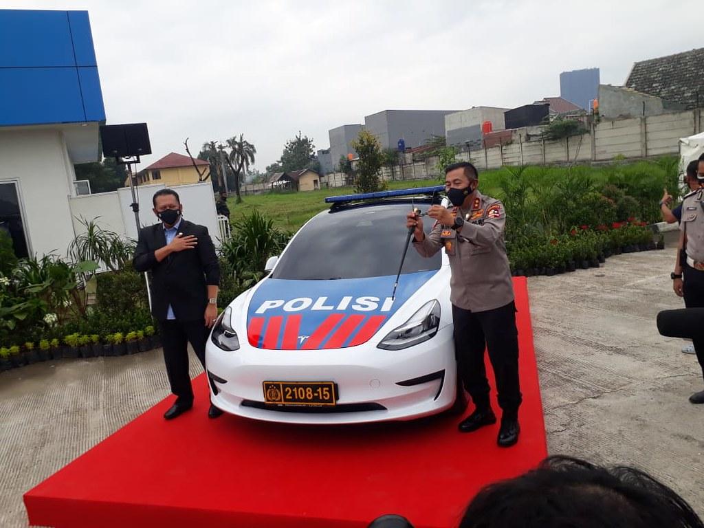 Ketua IMI Pusat bersama Kakorlantas berfoto di Mobil Listrik Patroli