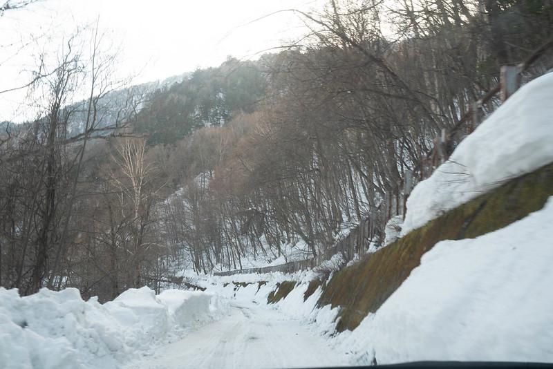 中の湯温泉旅館の冬道