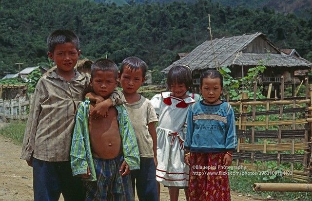 Muong Lay, local kids