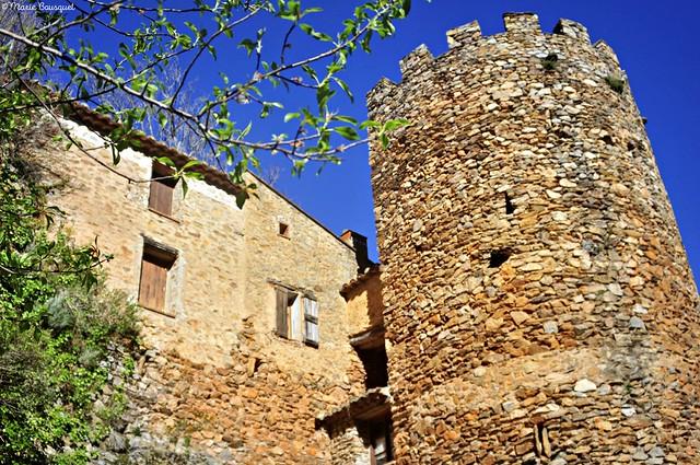 Tour et maisons construites sur les pierres du rempart