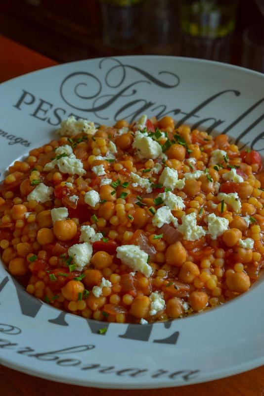Pâtes orzo à la tomate, pois chiche et féta