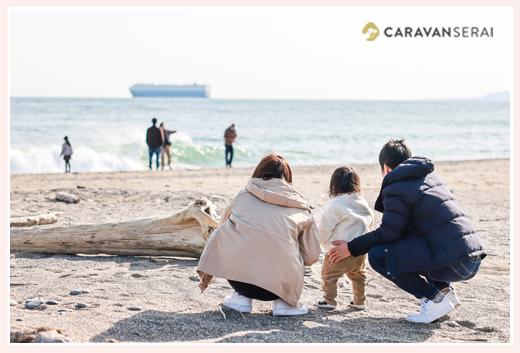 冬の海 海と船を眺める家族の後ろ姿