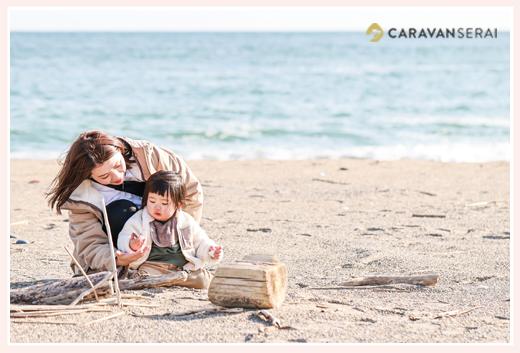浜辺で遊ぶ小さな男の子とママ 冬の海