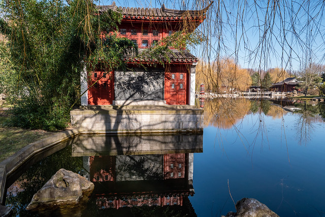 Berlin, Gärten der Welt, Chinesischer Garten: Spiegelung des Steinboots im See - Berlin, Gardens of the World, Chinese Garden: Reflections of the Stone Boat on the lake