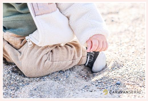 砂浜で遊ぶ1歳の男の子
