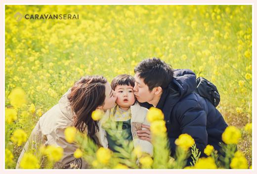 菜の花畑で家族写真 男の子にキス