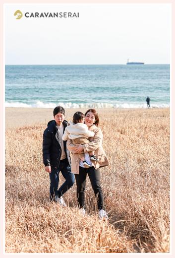 冬の浜辺 親子の写真