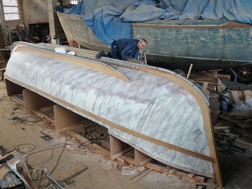 Col·locant els reforços metàl·lics de la quilla i escúes