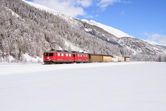 Ge 4/4 I 610 und Ge 4/4 I 605 der Rhätischen Bahn am 09. Februar 2021 bei Bever.