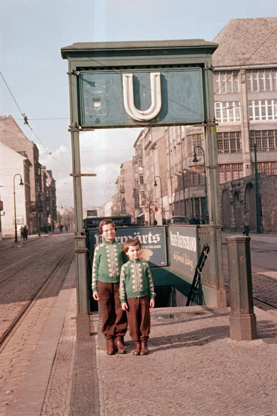 02.Восточный Берлин. Шоссештрассе, если смотреть со стороны Инвалиденштрассе, справа находится дом на углу Цинновитцер Штрассе. Станция метро еверного вокза