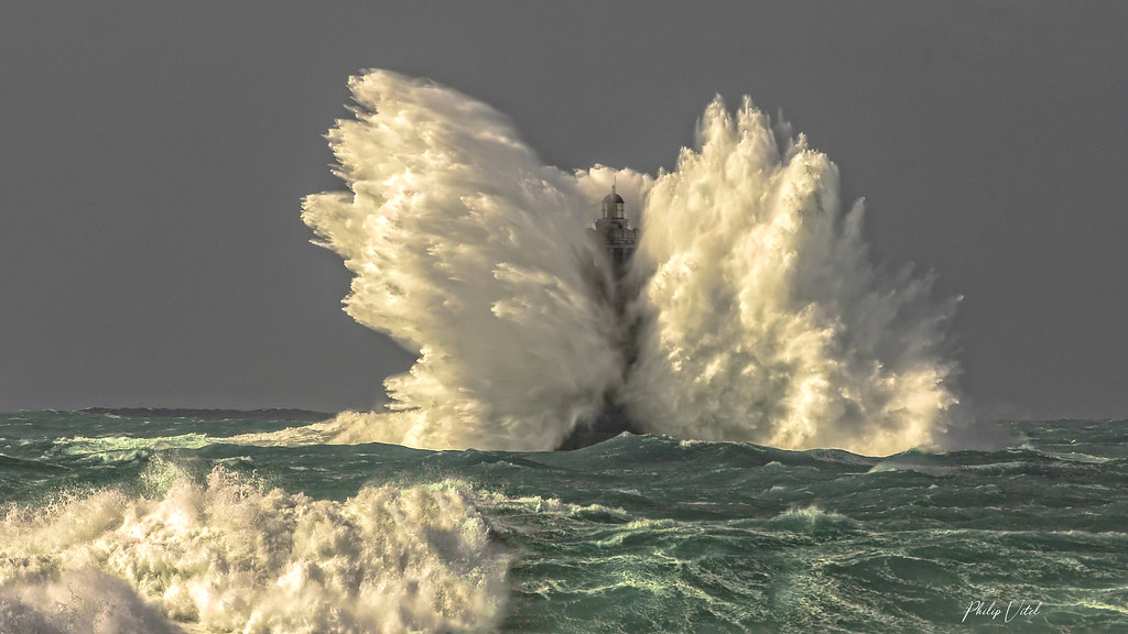 Tempête en mer d'Iroise, le phare du Four.   Finistère