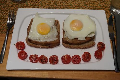 Fleischkäse mit Spiegeleiern auf frischem Roggenmischbrot (mein Teller)