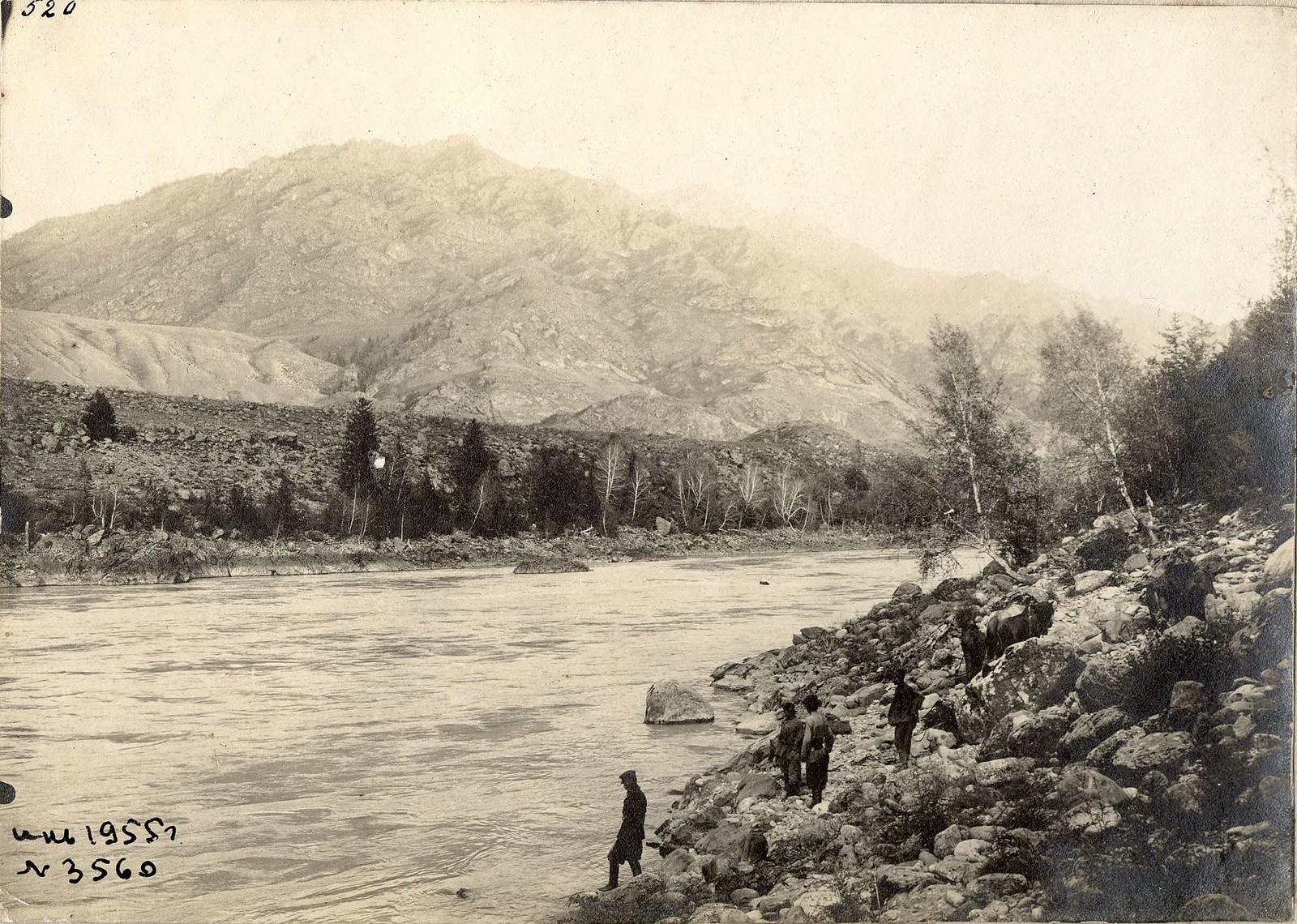 10. У переправы через реку Катунь.