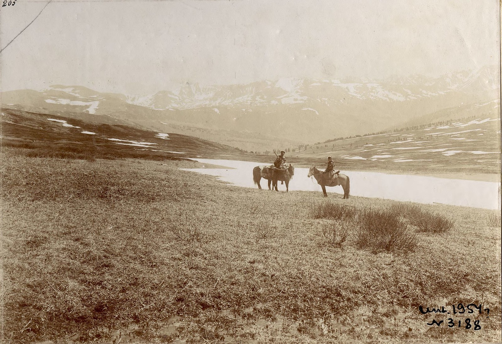 07. Участники экспедиции на фоне ледников Теректинского хребта