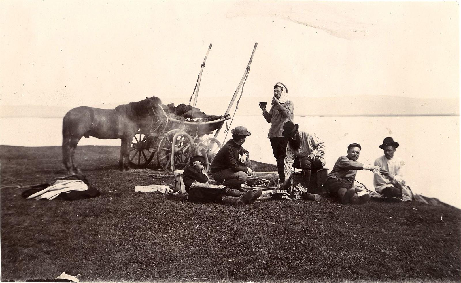 06. На пикнике. Группа мужчин на берегу реки