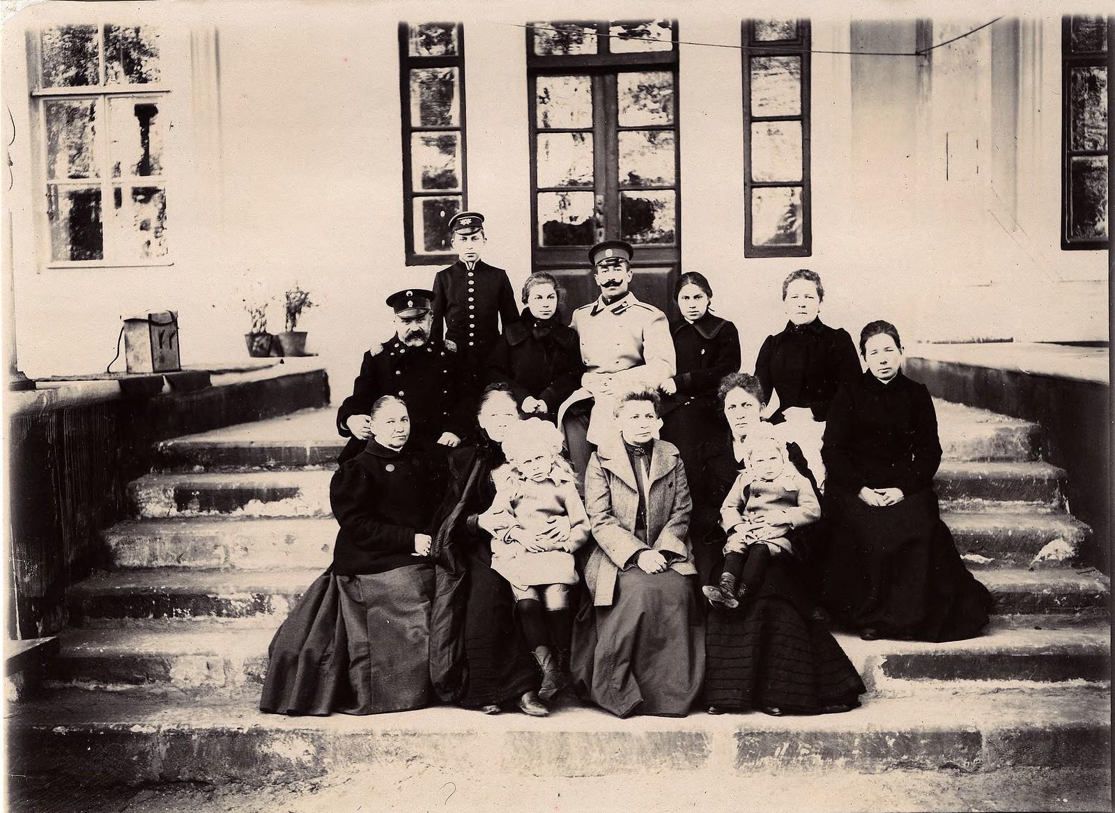 04. Семейный портрет неизвестных на крыльце дома
