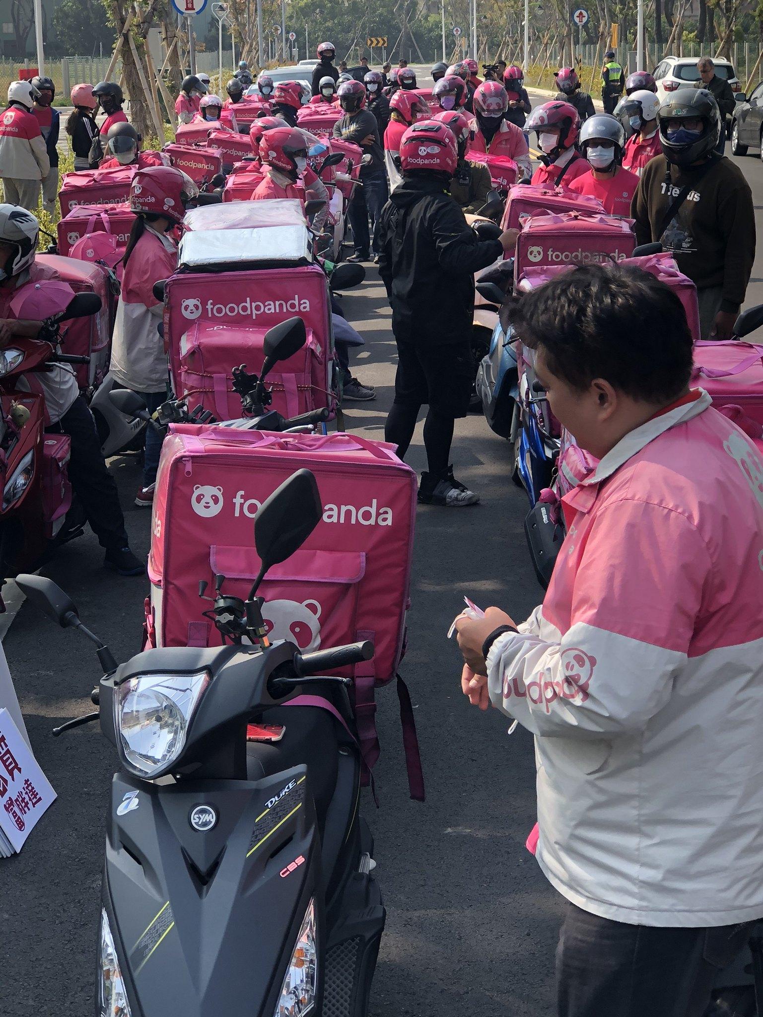 熊貓外送員聚集在豐原區中正路抗議。(讀者提供)
