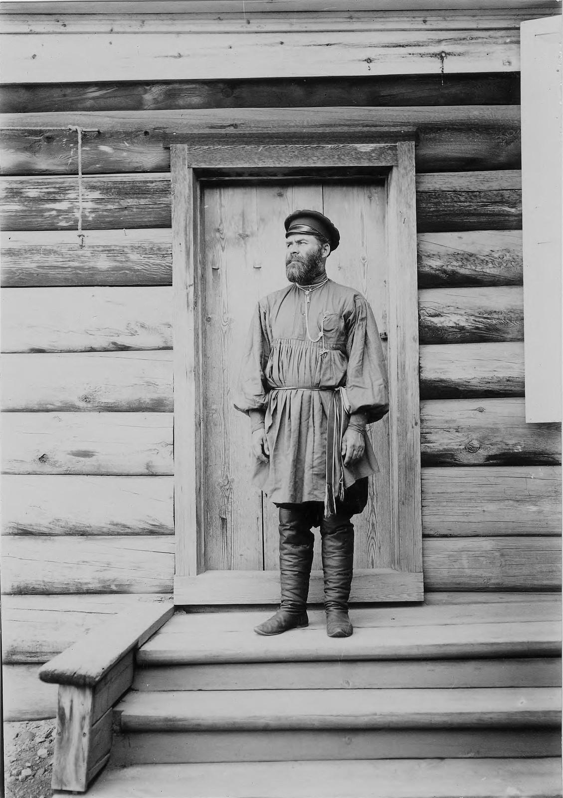 18. Портрет неизвестного мужчины на крыльце деревянного дома