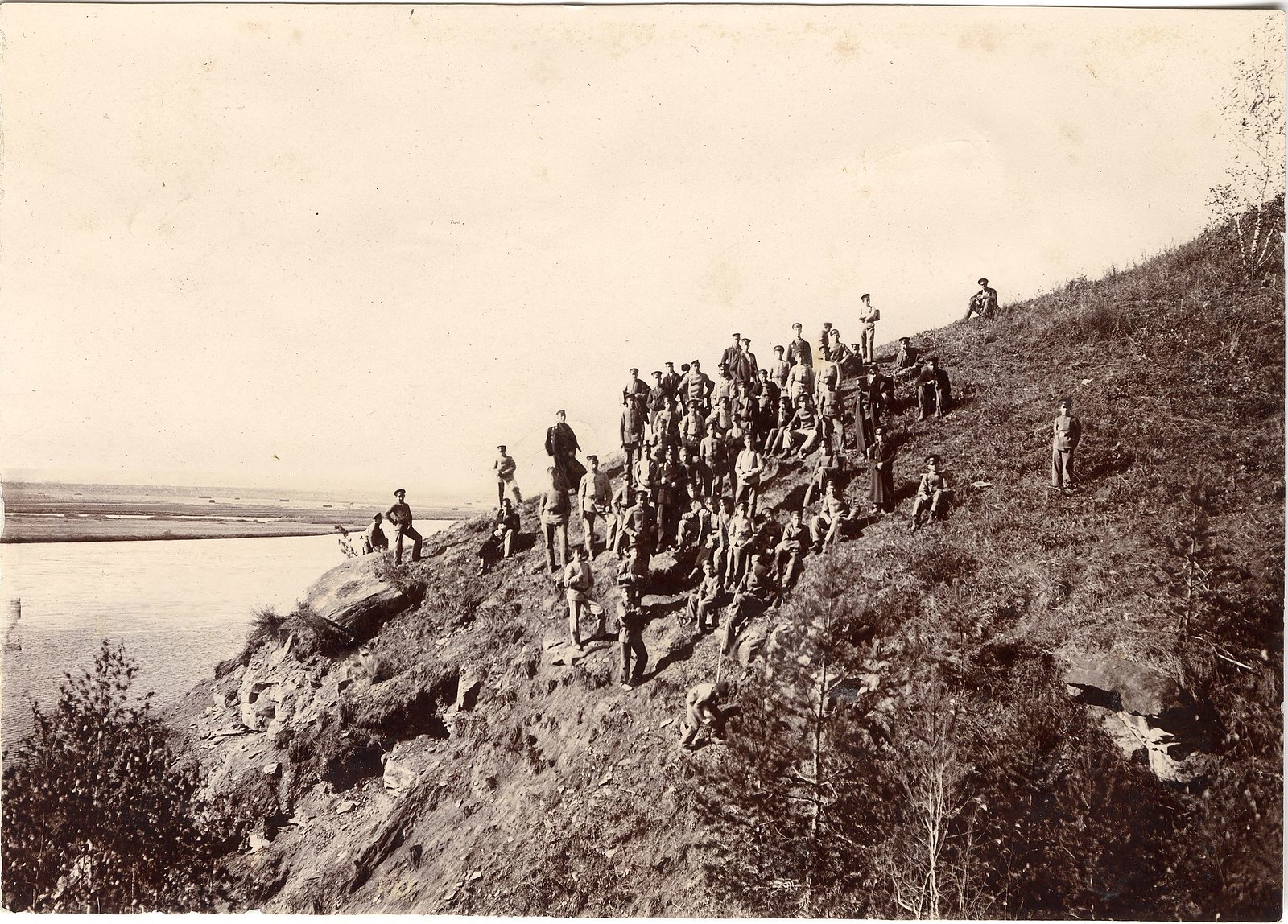 10. Группа гимназистов на высоком берегу Иркута