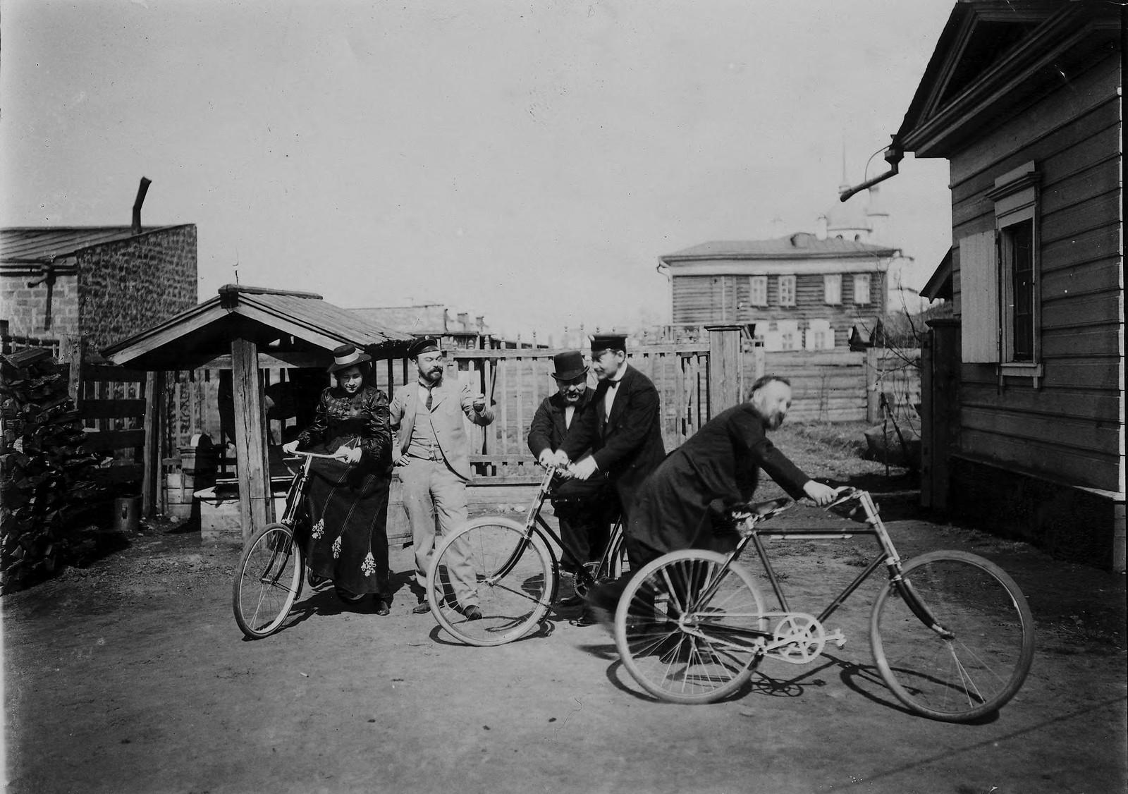 08. Велосипедисты во дворе усадьбы