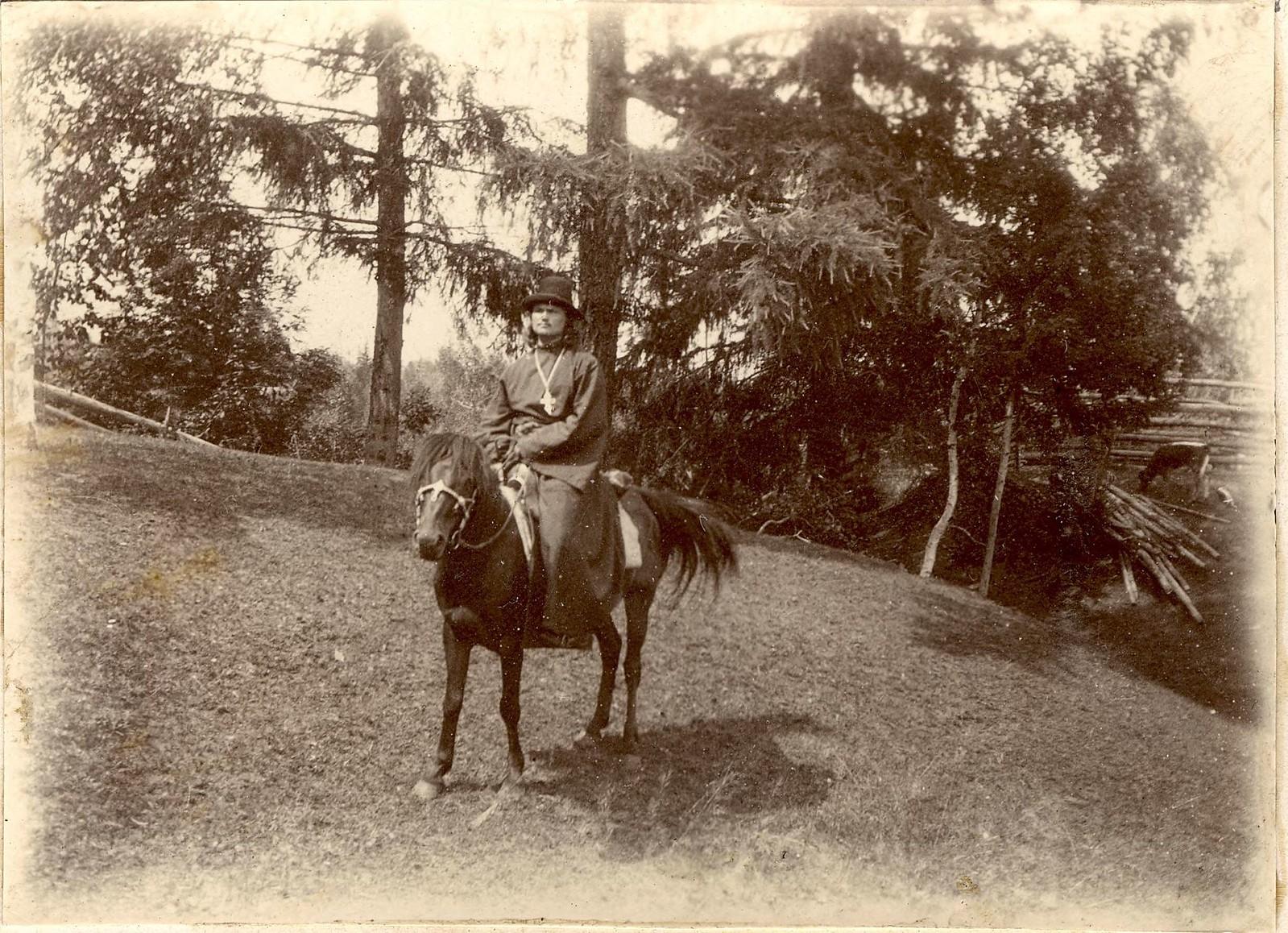 17. Священник верхом на лошади на опушке леса
