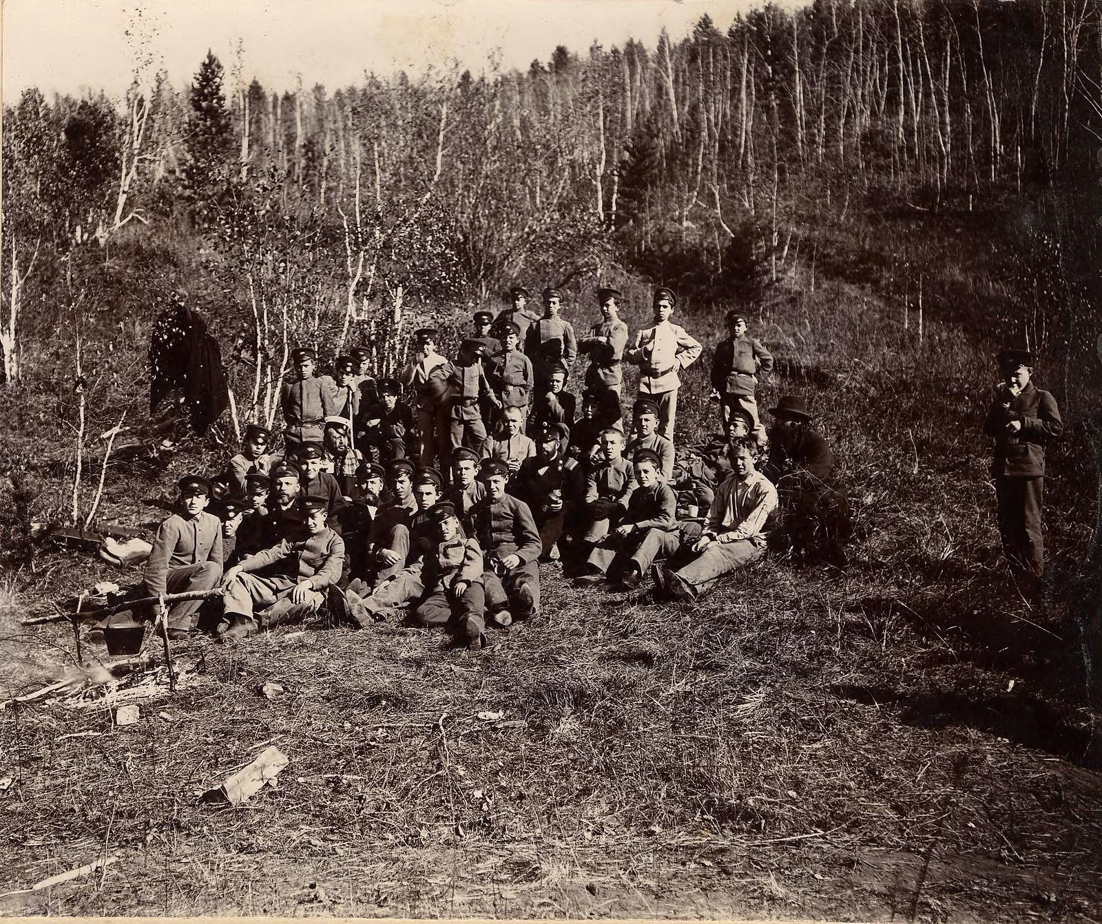 12. Группа иркутских гимназистов на экскурсии в лесу