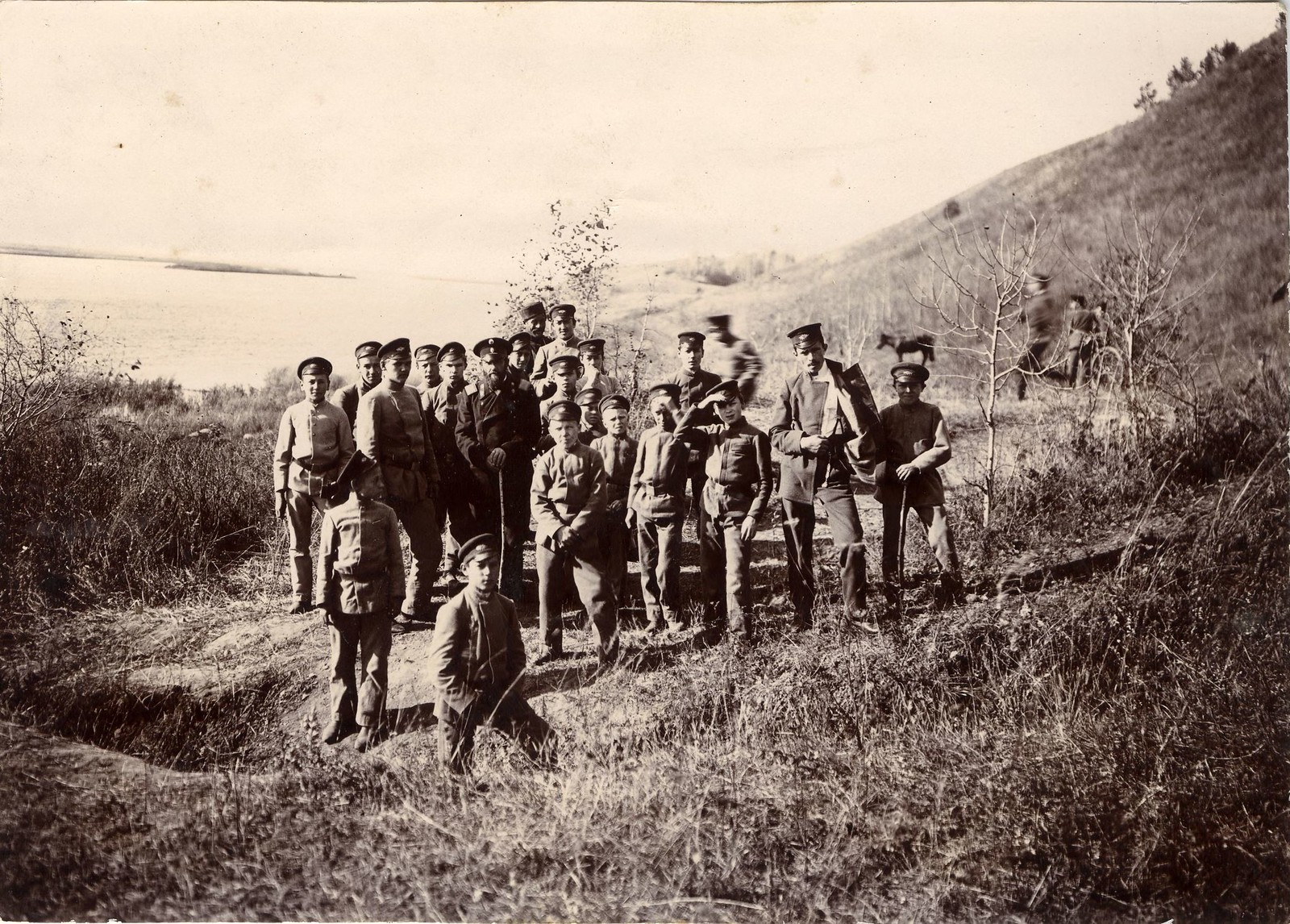 11. Группа иркутских гимназистов с преподавателем на берегу реки Ушаковки