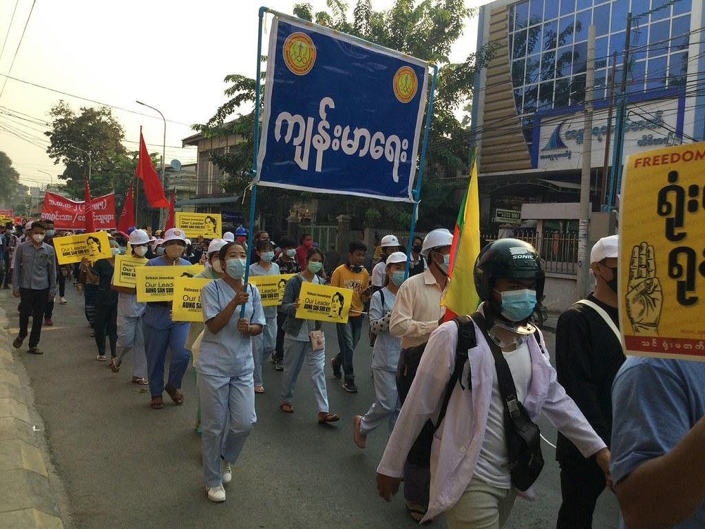 การประท้วงโดยบุคลากรสาธารณสุขที่เขตอมรปุระ เมืองมัณฑะเลย์ วันที่ 12 มี.ค. 2564 (ภาพโดย Myanmar Now)