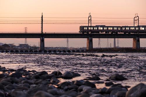 sunset train river rocks 夕暮れ 電車 川 石 seisekisakuragaoka tokyo japan 聖蹟桜ヶ丘 東京 landscape 風景