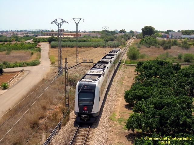 Tren de Metrovalencia (UT 4315) a su paso por LA POBLA DE VALLBONA (Valencia)
