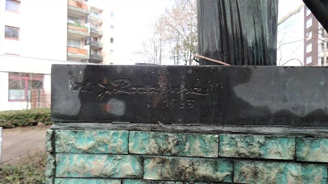 1963 Berlin-W. Künstlersignet Erdkugel mit Parabelform von Hans-Joachim Roszinski Bronze Iranische Straße 5 in 13347 Gesundbrunnen