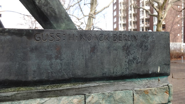 1963 Berlin-W. Herstellerzeichen Bildgießerei H. Noack in Berlin an Erdkugel mit Parabelform von Hans-Joachim Roszinski Bronze Iranische Straße 5 in 13347 Gesundbrunnen