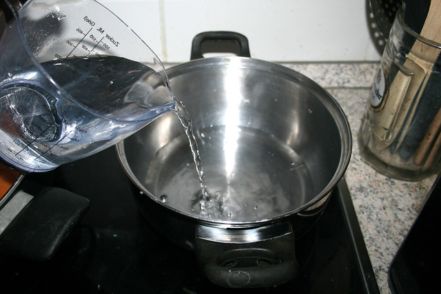 30 - Bring water in pot to a boil / Wasser in Topf erhitzen