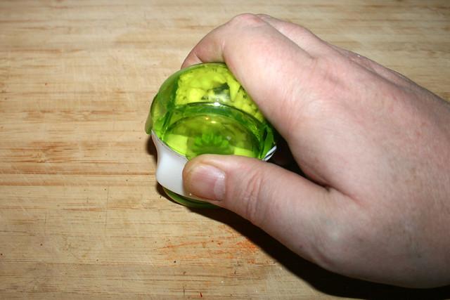 05 - Mince garlic / Knoblauch zerkleinern