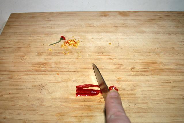04 - Cut chili / Chili zerkleinern