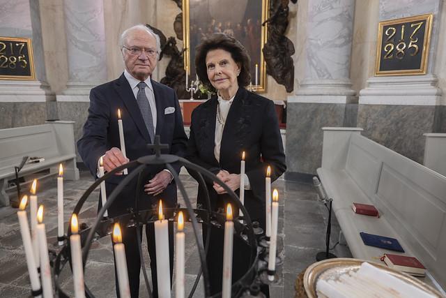 Koning Carl Gustav en Koningin Silvia van Zweden, Prins Carl Philip en Prinses Sofia van Zweden, en Prinses Christina van Zweden en Tord Magnuson aanwezig bij kerkdienst om de slachtoffers van de pandemie te eren