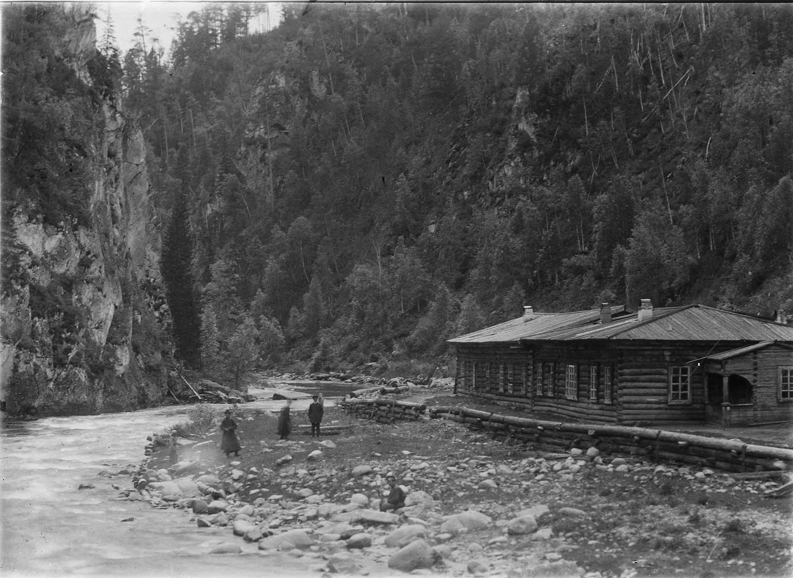 28. Горный распадок. Деревянный дом на берегу речки