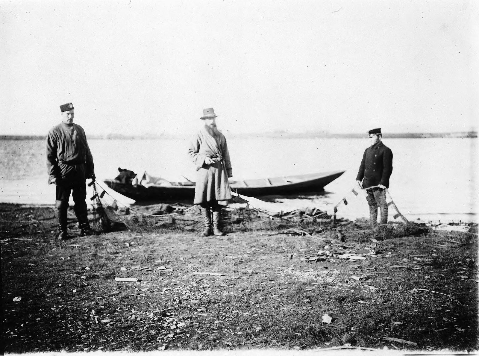25. Рыбаки с сетями на берегу Байкала