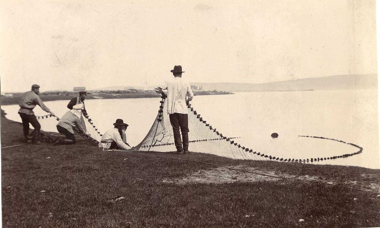 24. Рыбаки с неводом в руках
