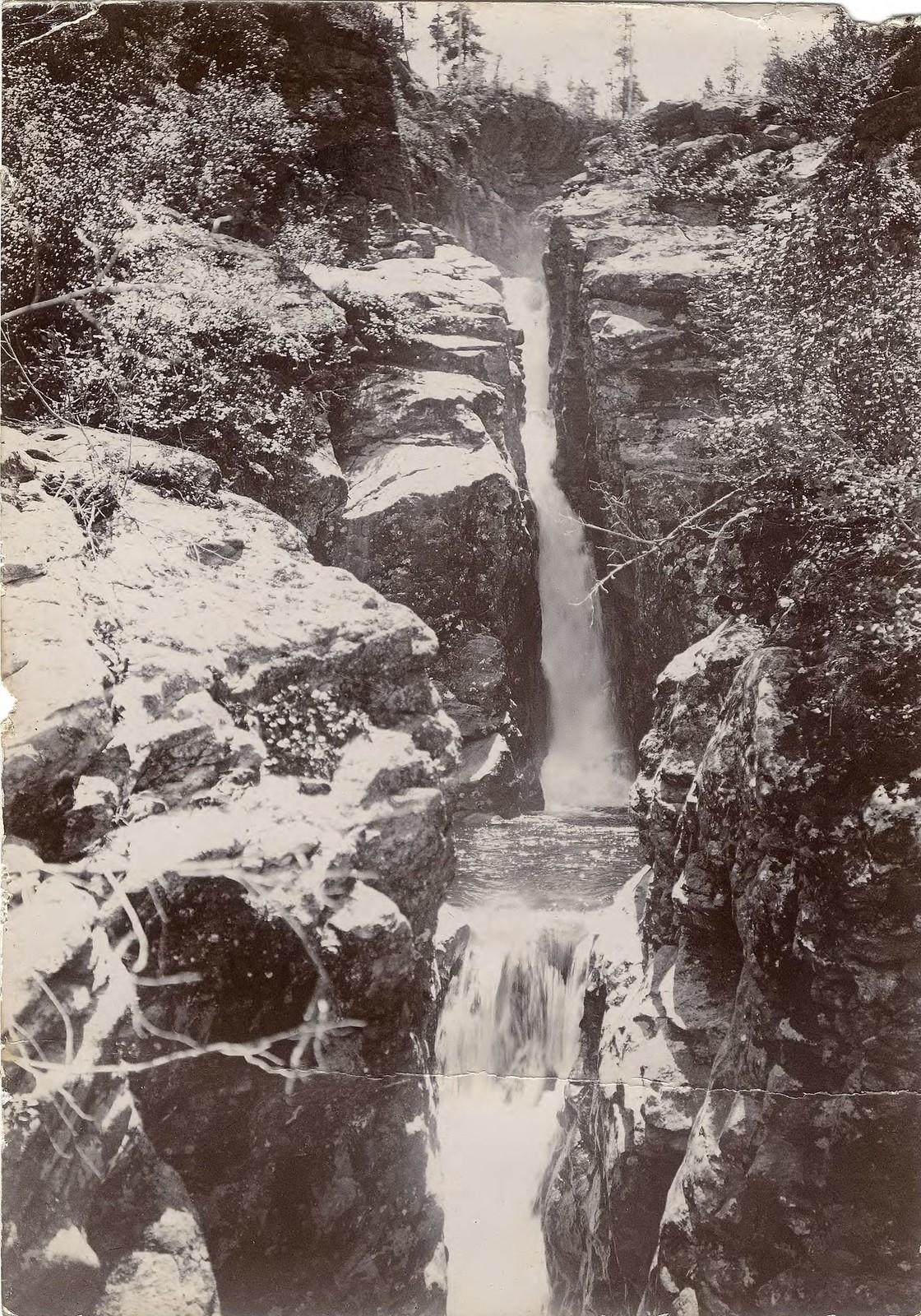 29. Водопад на горной речке.