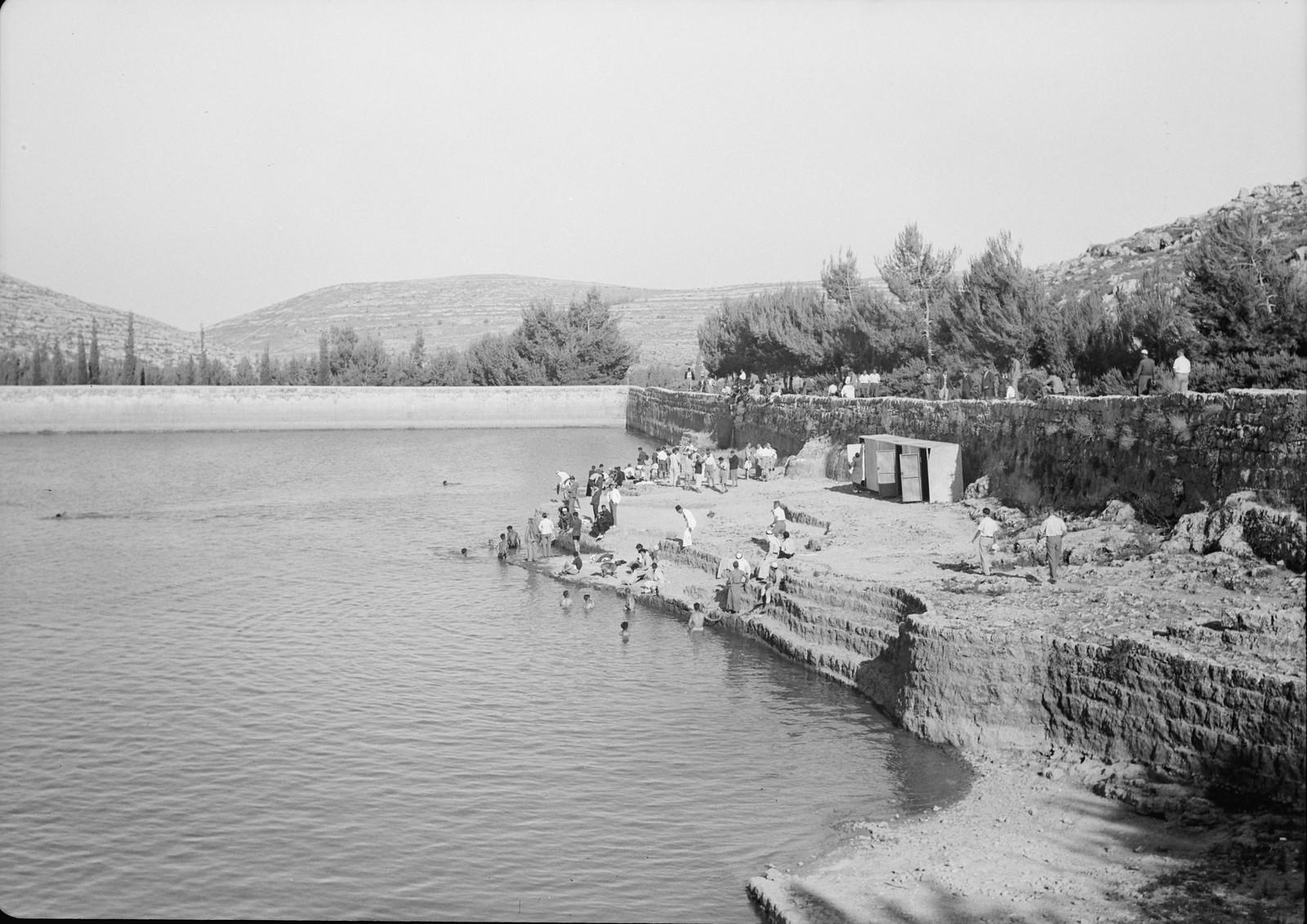 04. Группа купальщиков, готовящихся окунуться в средний бассейн