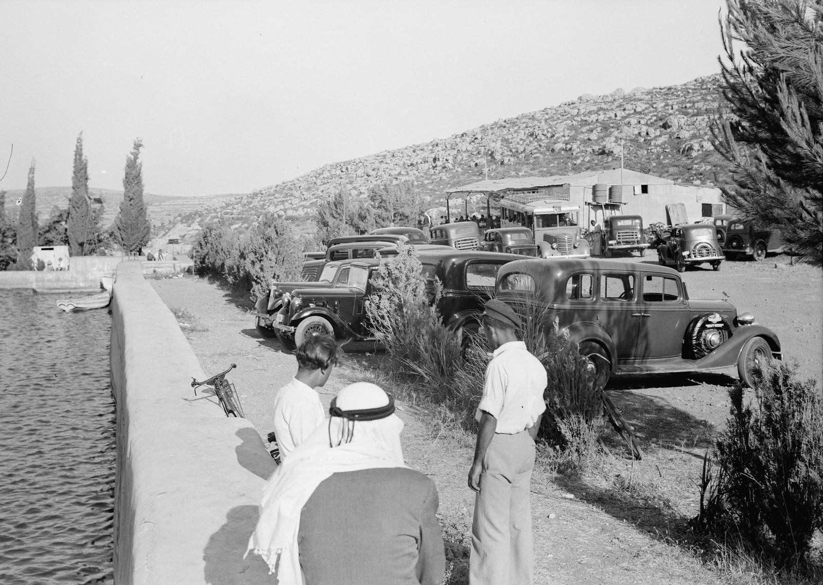 01. Автомобили из Иерусалима прибывают на площадку для пикников у бассейна Соломона