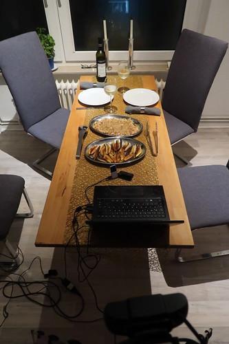 Gemeinsames Essen nach dem gemeinsamen Kochen mit Freunden (per Videokonferenz verbunden)