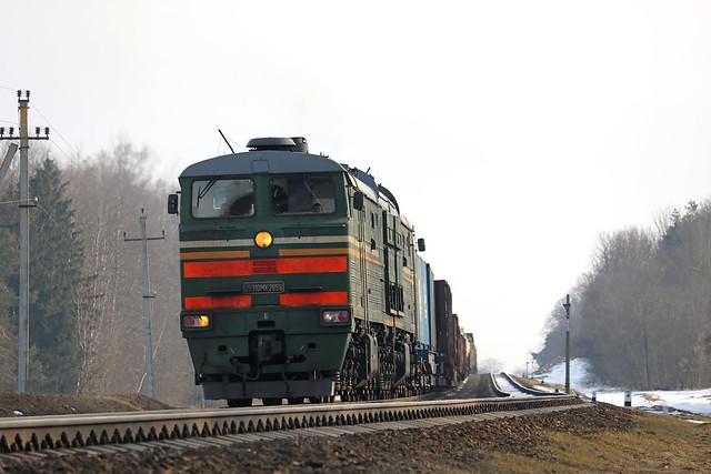 Тепловоз 2ТЭ10МК-2898 с грузовым составом на перегоне Могилёв-1/Лотва.