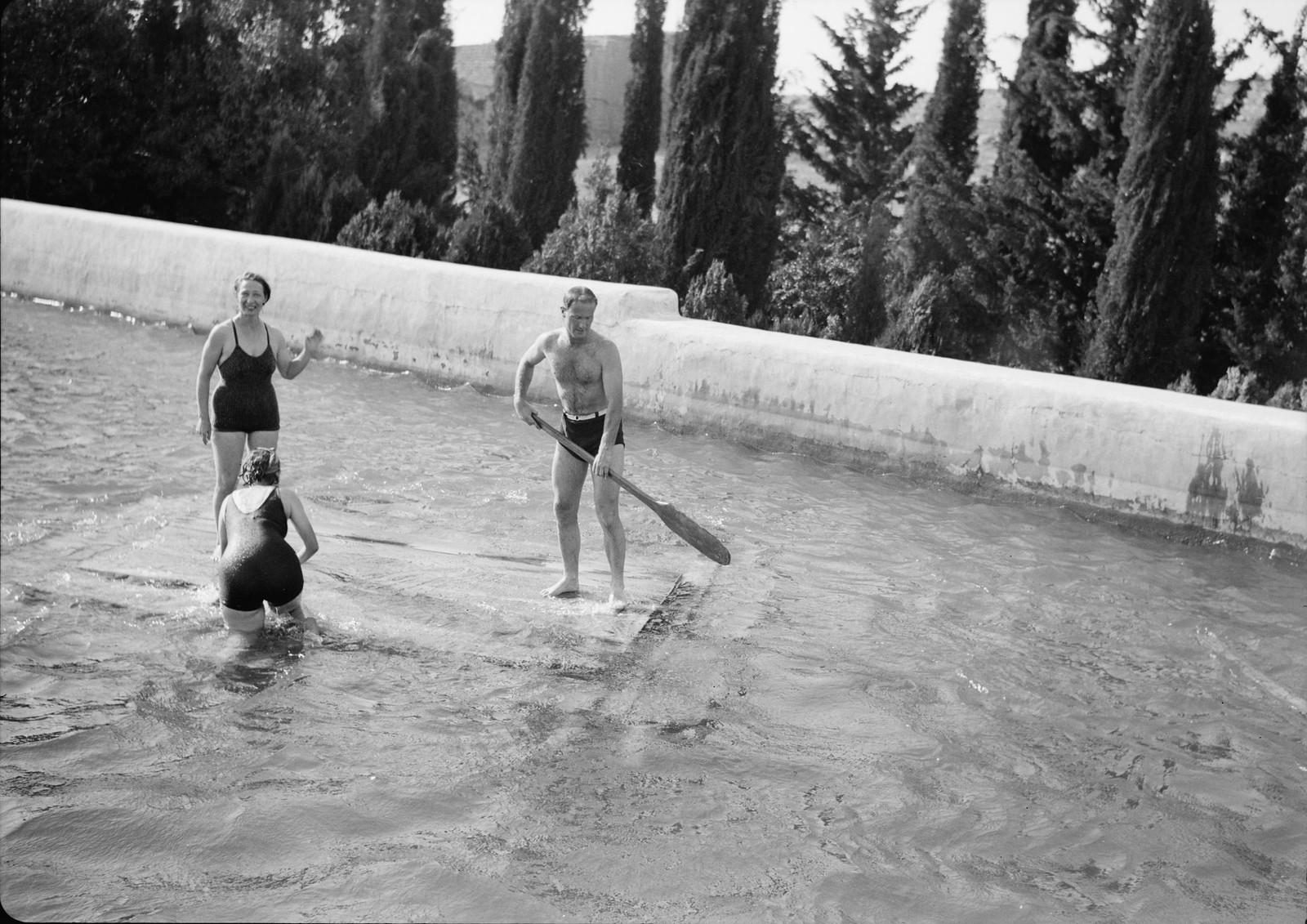 09. Группа купальщиков на плоту в верхнем бассейне