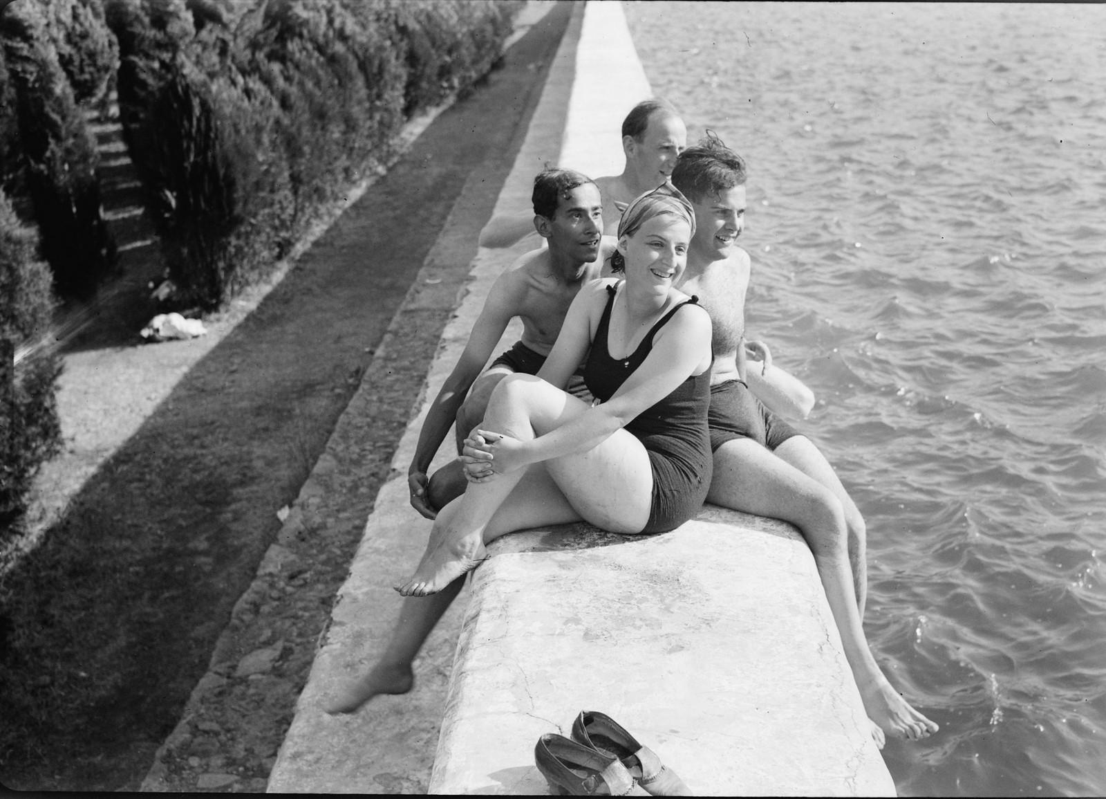 06. Группа отдыхающих на верхнем бассейне наблюдают, как другие купальщики делают решительный шаг