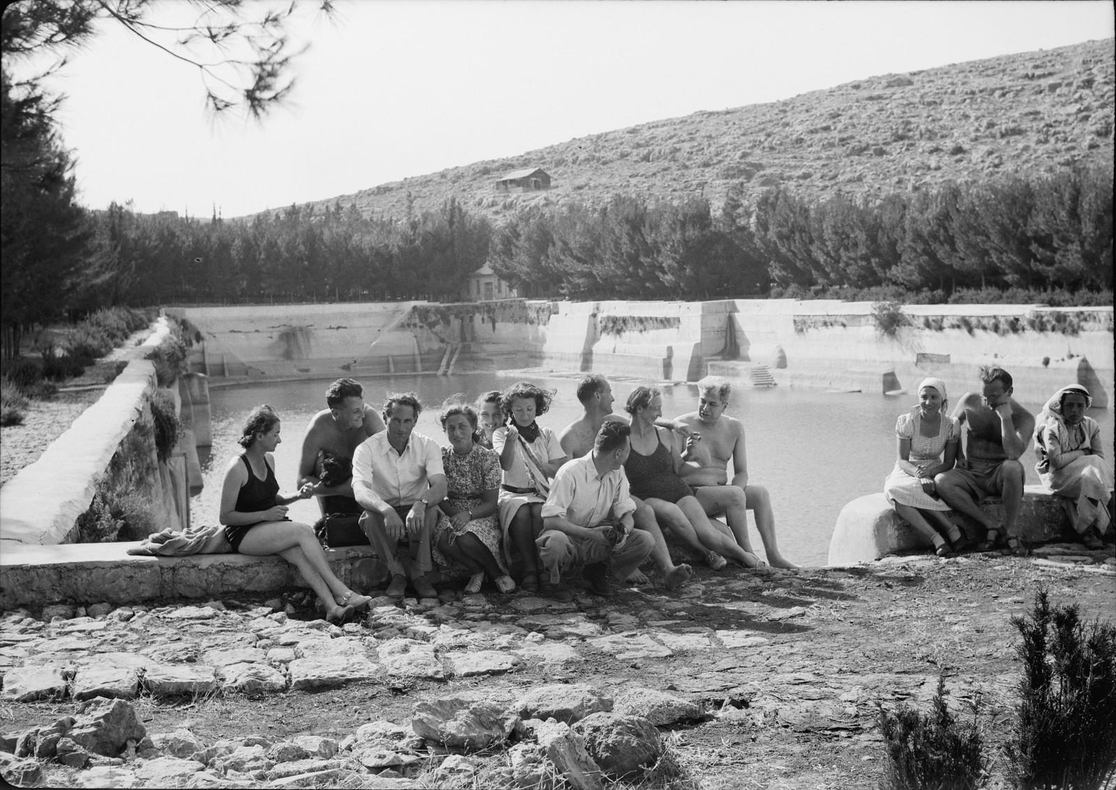 05. Группа купальщиков на краю нижнего бассейна