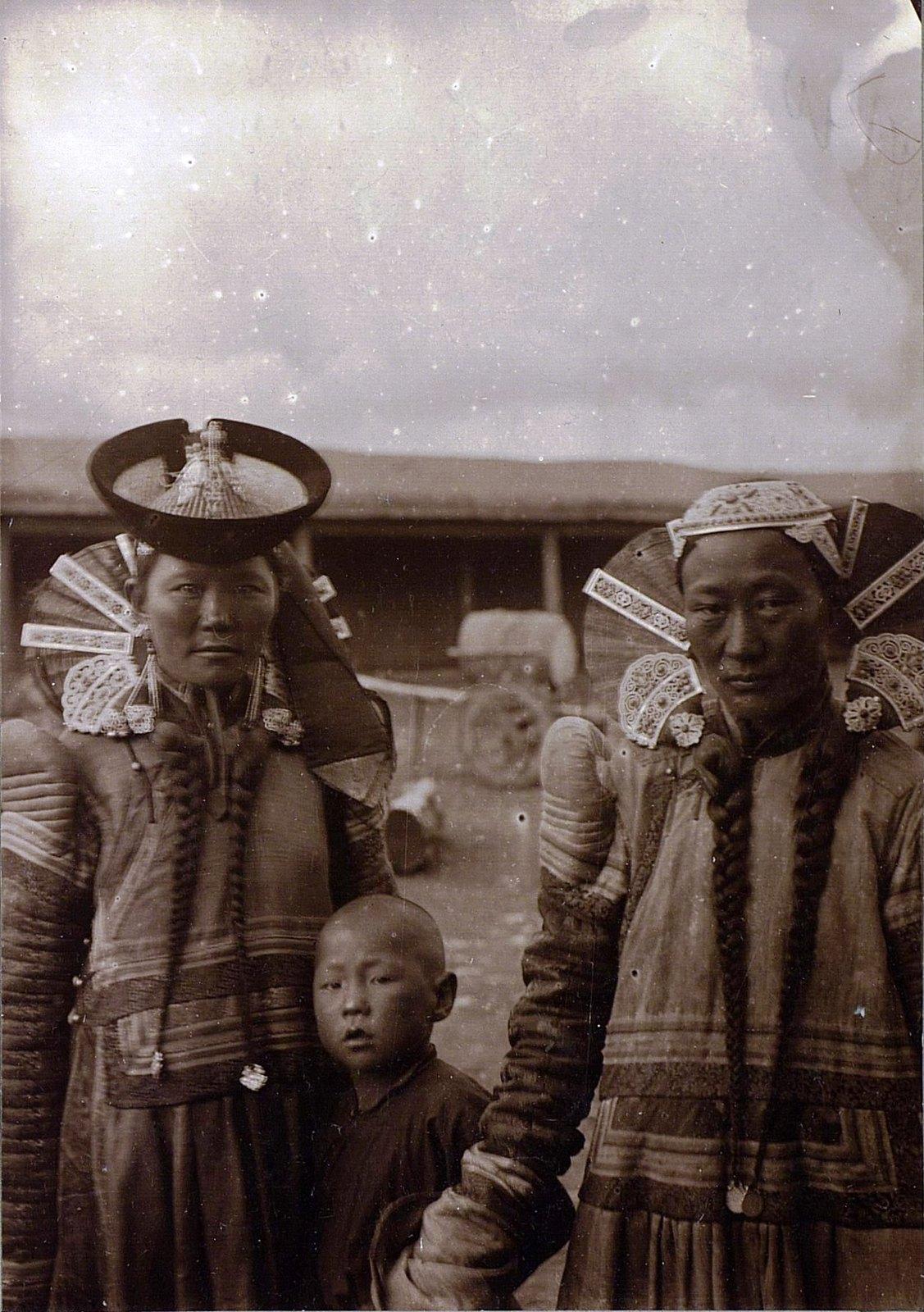 Монголки в традиционных костюмах